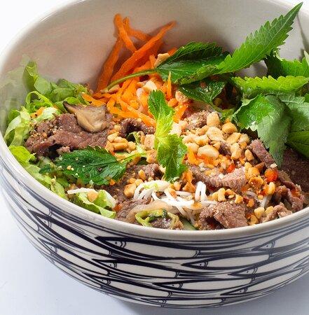 Бун бо нам бо  Состав: рисовая лапша, говядина, пророщенный маш, чеснок, огурец, листья салата, капуста, морковь, кинза, арахис, кисло-сладкий соус.
