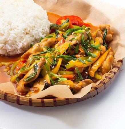 Ком га сао – Курица в кисло-сладком соусе с паровым рисом. Состав: курица, паровой рис, шампиньоны, морковь, китайская капуста, пророщенный маш, болгарский перец, белый лук, сельдерей, кинза, устричный соус, кисло-сладкий соус.