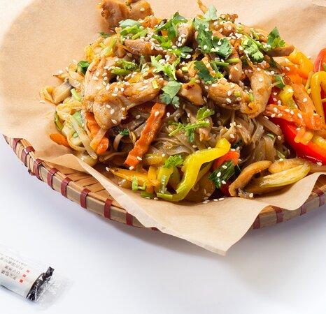 Фо сао га – Рисовая лапша с курицей. Состав: курица, шампиньоны, морковь, китайская капуста, пророщенный маш, болгарский перец, белый лук, сельдерей, кинза, устричный соус, соевый соус.