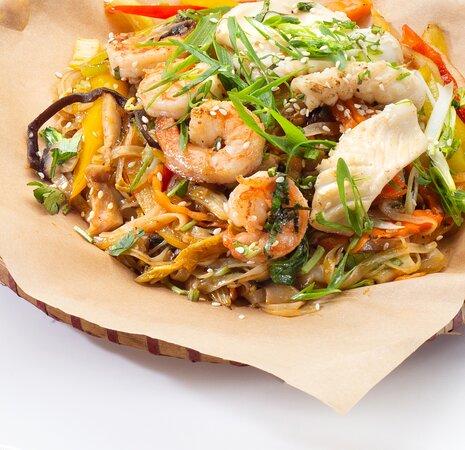 Фо сао хай шан – Рисовая лапша с морепродуктами. Состав: креветки, кальмары, шампиньоны, морковь, китайская капуста, пророщенный маш, перец болгарский, белый лук, зеленый лук, кинза, устричный соус, соевый соус.