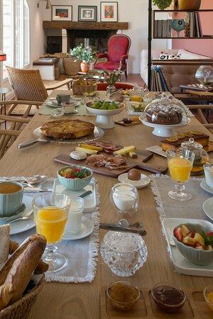 le petit dejeuner pris dans la salle à manger des hôtes, un moment gourmand et convivial