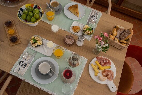le petit déjeuner est inclus dans le prix de la chambre, complet et gourmand, composé de produits frais, locaux ou faits maison