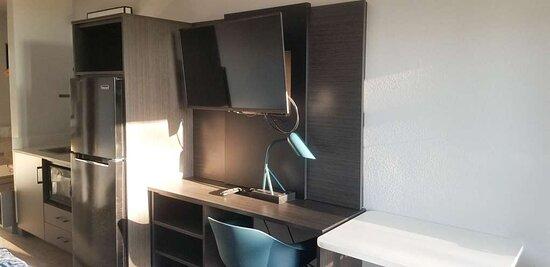 Motel Laplace desk area