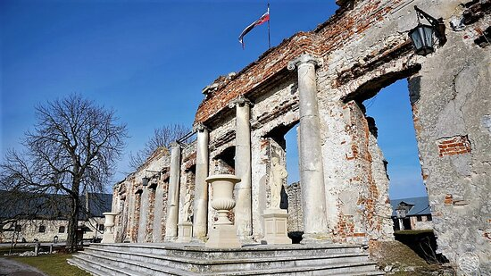 Sobków ma za sobą burzliwe dzieje. Został założony jako miasto w 1563 roku przez Stanisława Sobka z Sulejowa.