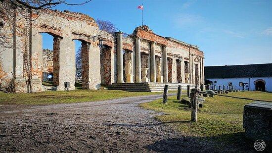 Przez kolejne 160 lat przechodził z rąk do rąk, a w 1869 roku utracił prawa miejskie. Sam zamek był wielokrotnie niszczony, a w 1915 roku uległ całkowitemu spaleniu.