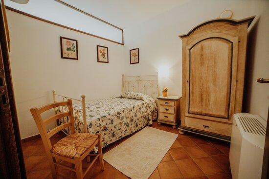 Camera da letto accessoria del trilocale 4 con letto alla francese.