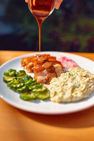 Barriga de Porco com salada de batata, picles de cebola roxa, pepino agridoce com dill e molho suíno com especiarias