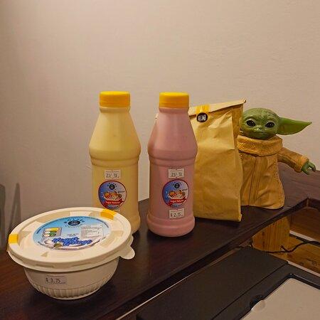 Yogur griego y natural + pan de yuca.