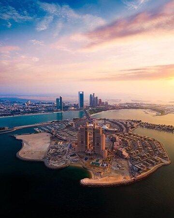 Diese Aussicht ist unvergleichlich! Abu Dhabi von oben, im Licht des Sonnenuntergangs - wirklich ein Traum!  Bild via @abdelaziz.hamdan