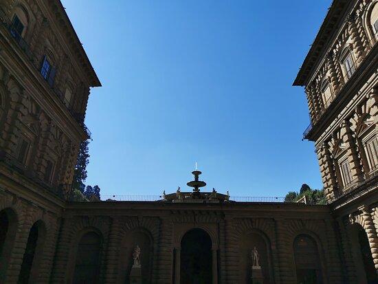 Fontana del Carciofo vista dal cortile di Palazzo Pitti