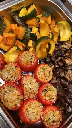 Opções de pratos quentes no buffet de saladas, tudo orgânico.