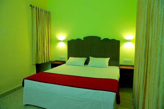 Deluxe Room :Just sink into the comfort of this serene land and breathe the unspoilt fresh air. Our standard rooms are the best choice for the budget conscious traveller.