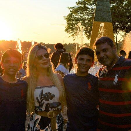 Venha conhecer o por do sol em Foz do Iguaçu com o passeio no Marco das três fronteira além do por do sol ainda tem show cultural para os visitantes.