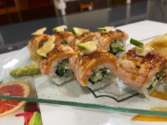 Uramaki de salmón flambeado con azúcar moreno y lima