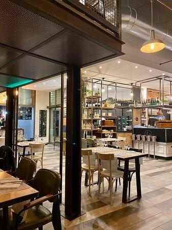 F1sh Restaurant - INTERNO - SALA locale nuovissimo, internamente molto bello e curato con il bancone sushi a vista in affaccio su una grande sala con un piccolo soppalco in stile moderno industrial chic (a disposizione anche una piccola saletta privata e riservata).