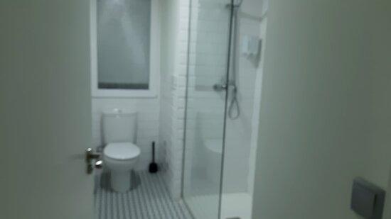 Baño fuera de la habitación de dos camas