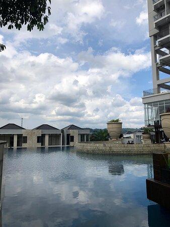 Area Kolam renang yang sangat luas dan menarik untuk berenang.