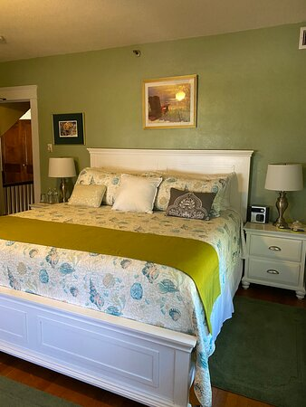 Magnolia - King bed, private bath