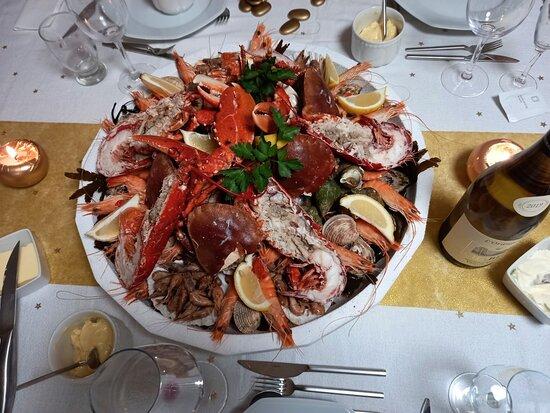 Plateau de fruits de mer pour 5 personnes : Homards, huitres, palourdes, bulots, crevettes grises, crevettes roses, tourteaux, pinces de crabe