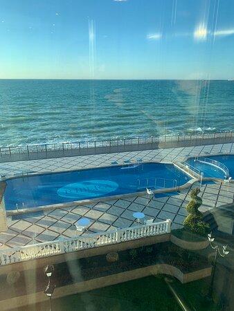 Вид на бассейн и пляж