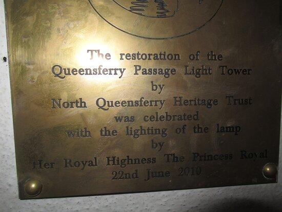 Placa que reseña la retauración del North Queensferry Harbour Light Tower.
