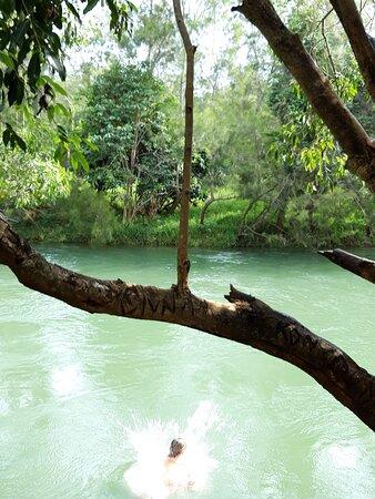 Grande Terre, Nouvelle-Calédonie : La rivière, en contrebas de l'hôtel, où les enfants peuvent sauter dans l'eau.