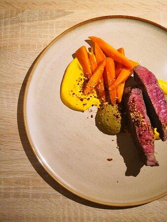 Bio Rinder Rib Eye Karottenpüree, glasierte Karotten, Chorizo-Mandel-Crumble, Mutti's Salsa de Pipian