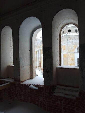 Разруха. Когда-то здесь была монастырская библиотека...