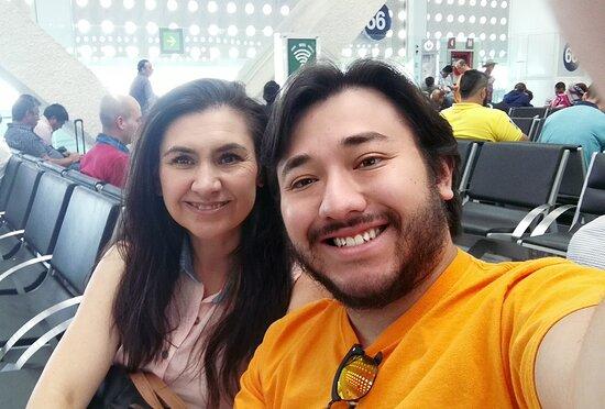 Juarez Intl Airport: Kathy y Yo (Saul)  Listos para volar a Mazatlán, Sinaloa. En el Aeropuerto de la CDMX!  Gracias a ese viaje decidimos montar nuestra propia agencia de viajes!+