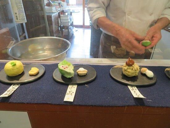 入口で職人さんが和菓子の実演をしています