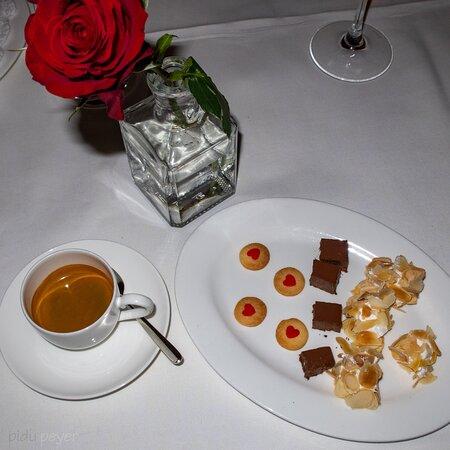 Wangen b. Dubendorf, Schweiz: Kaffee und Friandises mit roter Rose