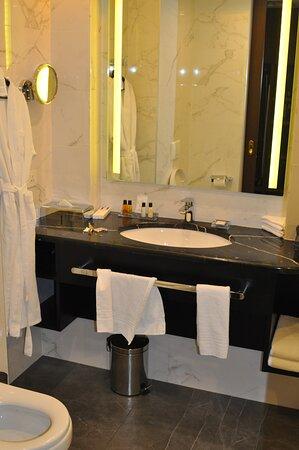 """Ванная комната номера """"делюкс"""" с видом на Кремль."""