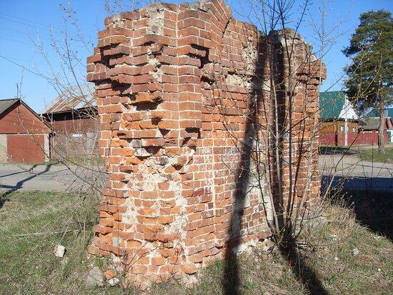 Одна из сохранившихся стен часовни на Любишке