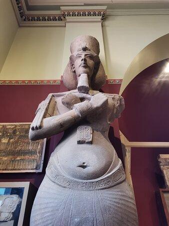 Скульптуры в музее: Эхнатон