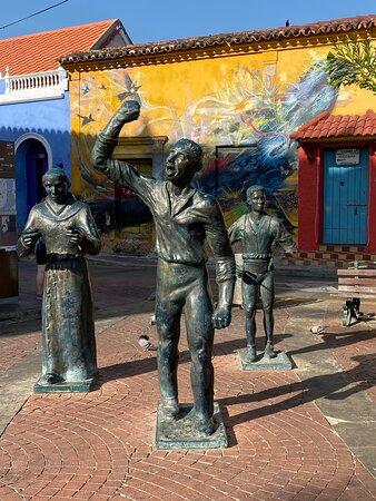 Getsemani Neighbourhood Tour in Cartagena: Independence heroes in Plaza Trinidad.