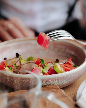 Севиче из тунца с авокадо и соусом понзу.