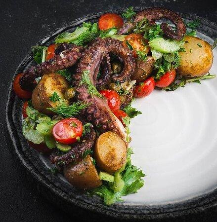 Теплый салат с осьминогом.