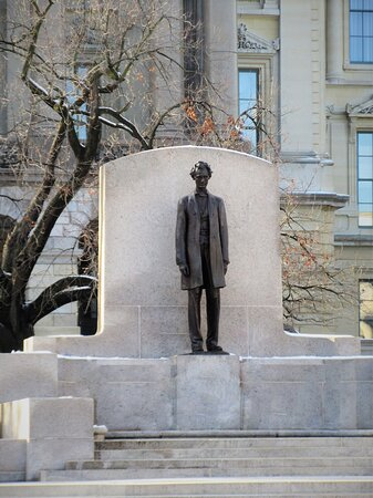Illinois State Capitol: Lincoln Statue, sculptor Andrew O'Connor. 401 S 2nd  St, Springfield IL, January 2021