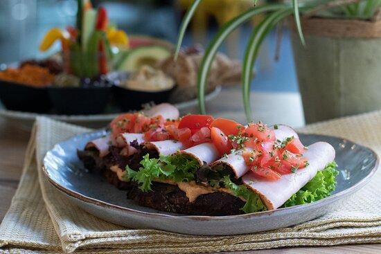 Happy Turkey Stulle / Natursauerteigbrot mit Putenbrust, Tomaten-Schafskäse-Dip, frischer Salat und Tomaten