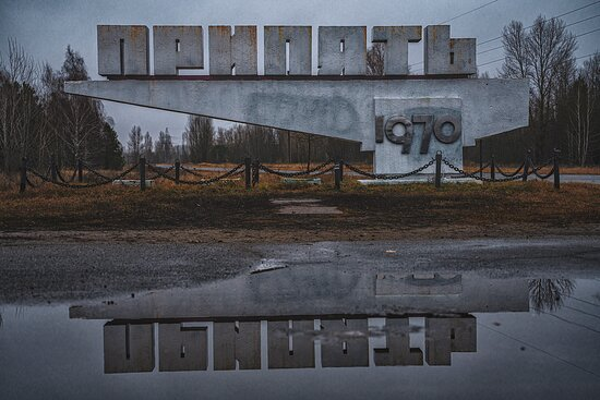 Холодный осенний вечер. Стела города Припять.