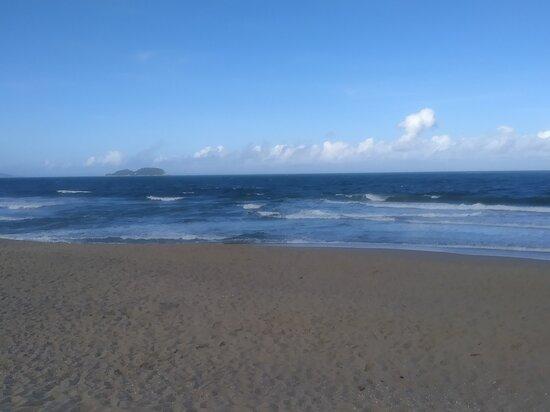 Praia maravilhosa, poucas pessoas e com uma vista incrível!! Ótima para levar crianças