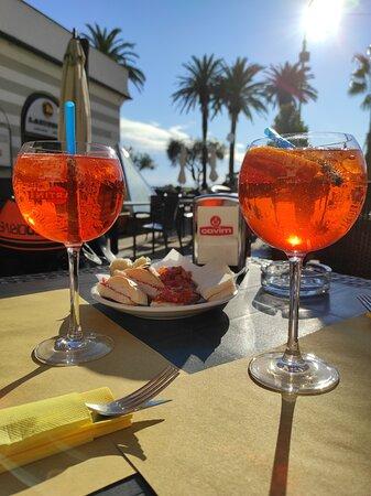 I nostri due Aperol al tavolo fuori con l'aperitivo