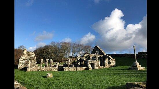 éclair de soleil de décembre sur les ruines de la Chapelle de Languidou à Plovan