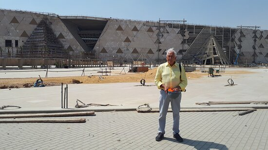 Grand Egyptian Museum the GEM tour: The Acces Explanade and the fron of the building, more than 800 meters long