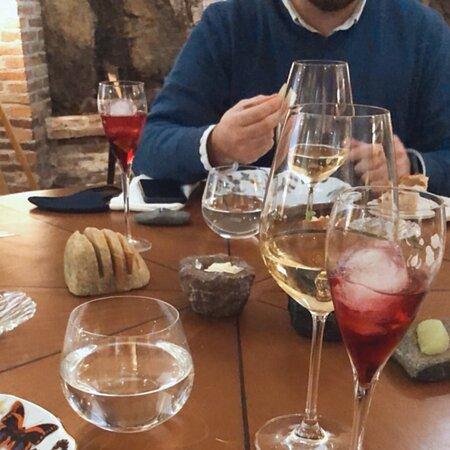 Es un restaurante precioso, la decoración super sencilla y muy bonita. El trato de Ricardo y su equipo inmejorable. La comida excelente y para repetir sin duda. Con ganas de probar su restaurante en Gijón, que se llama Camelia.