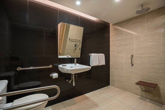 Accessible Deluxe Guest Room - Bathroom