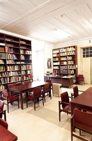 O Museu Nacional do Traje dispõe ainda de uma biblioteca especializada em história do traje.