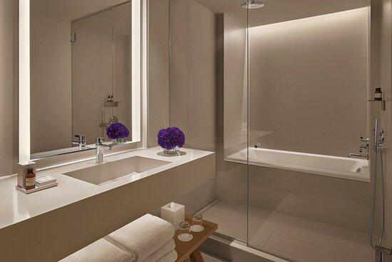 Superior Suite – Bathroom