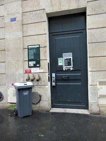 Porte d'entrée dans la rue du Cherche Midi pour accéder au Jardin