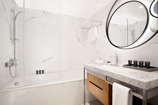 Deluxe Sea Front Guest Bathroom